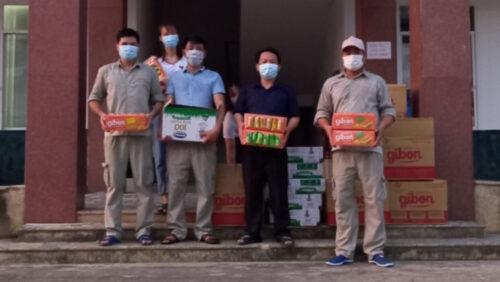 """Công đoàn tỉnh Hòa Bình thăm hỏi, tặng quà cho công nhân viên Đại Á đang thực hiện """"3 tại chỗ"""" tại nhà máy"""